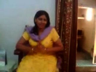 Indian Sex Video Of An Indian Aunty Showing Her Big Boobs-rawasex.com